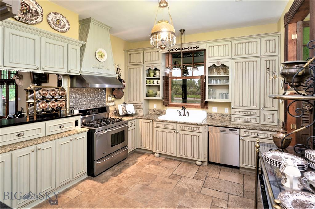 Three Forks, Montana Luxury River Home Kitchen Photo